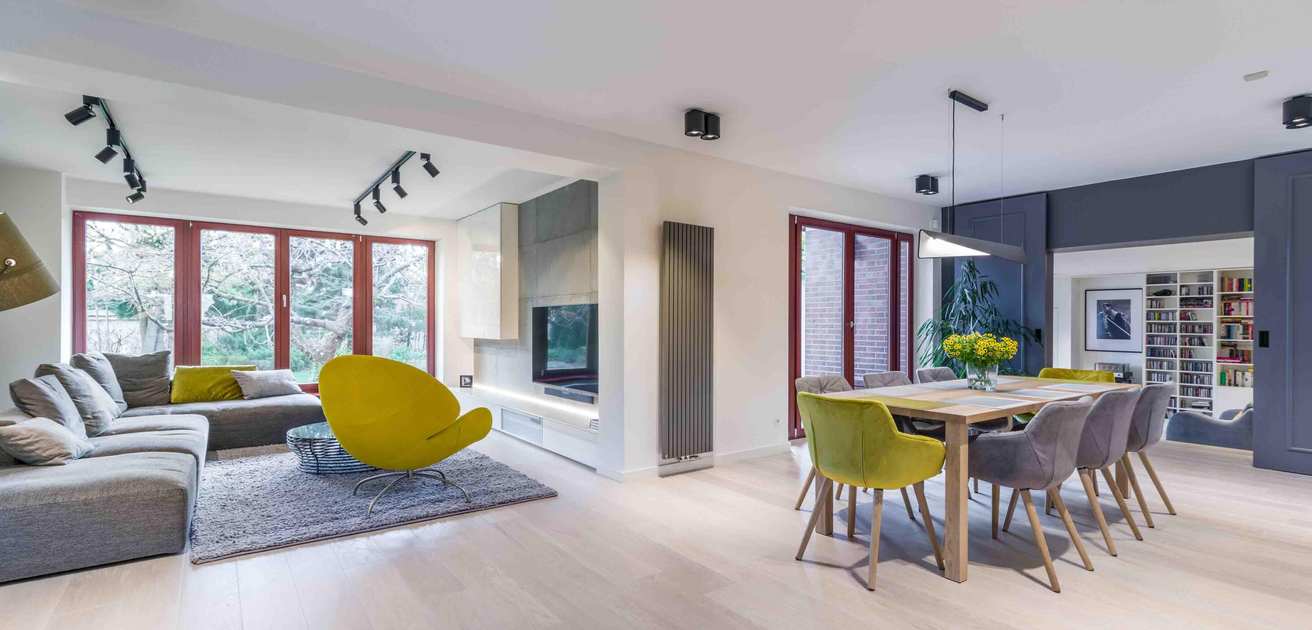 wnętrze-dom-stół-lampa-krzesła-kanapa-sofa-telewizor-salon-kaminskadorota